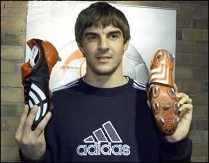 德国新星代斯勒展示世界杯新款球鞋(附图)-,
