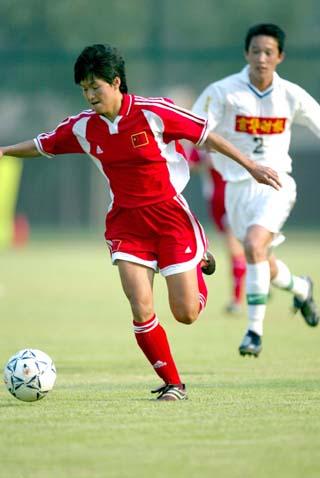 中国女足热身0 2负国安三队 赵利红带球